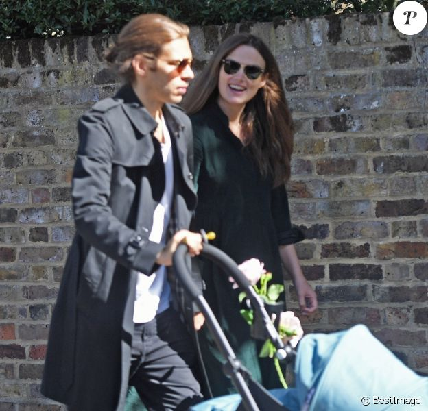 Exclusif - Keira Knightley et son mari James Righton se promènent avec leur nouveau né à Londres le 13 septembre 2019.