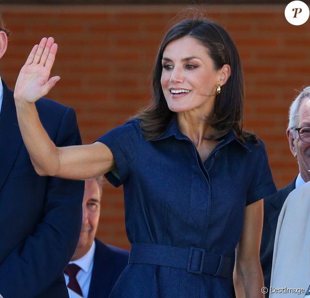 La reine Letizia d'Espagne (en robe Carolina Herrera) rend visite aux élèves lors de l'ouverture de l'école professionnelle à Elche, le 25 septembre 2019.