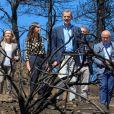 Le roi Felipe VI et la reine Letizia d'Espagne visitent la zone de Tejada détruite par les feux de forêt qui ont éclaté aux Canaries le 23 septembre 2019.