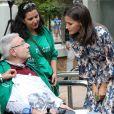 """La reine Letizia d'Espagne (en robe Sandro) visite le """"Centre de soins pour personnes atteintes de maladies rares et leurs familles"""" à Burgos, le 20 septembre 2019."""