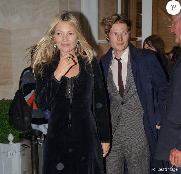"""Kate Moss et son compagnon Nikolai von Bismarck quittent la soirée de lancement du livre """"The Dior sessions"""" à Londres le 1er octobre 2019."""