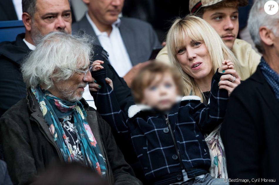 """Louis Bertignac avec sa compagne Laetitia et leur fils Jack dans les tribunes lors du match de Ligue 1 """"PSG - Angers (4-0)"""" au Parc des Princes à Paris, le 5 octobre 2019. © Cyril Moreau/Bestimage"""