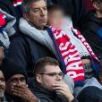 """Michel Cymès et son plus jeune fils dans les tribunes lors du match de Ligue 1 """"PSG - Angers (4-0)"""" au Parc des Princes à Paris, le 5 octobre 2019. © Cyril Moreau/Bestimage"""