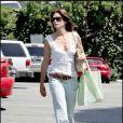 Cindy Crawford au top avec son jean ample et son top blanc... Une tenue simple, fraîche et jolie !