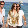 Cindy Crawford, sublime dans son petit short et sa magnique tunique ample ! Au Nikki Beach de St Tropez