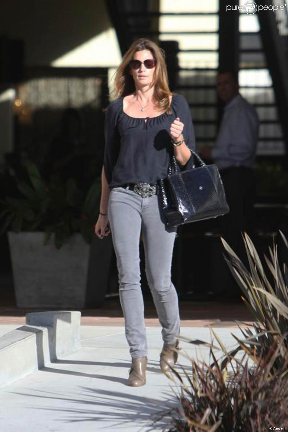 livraison gratuite 445ff fce89 Cindy Crawford, bien lookée pour faire son shopping : slim ...