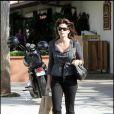 Cindy Crawford, bottes motards et lunettes oversize, c'est comme ça que Cindy fait son shopping à Malibu !