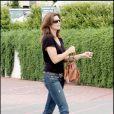 Cindy Crawford à Malibu : jean, top noir, it-bag et lunettes de soleil...