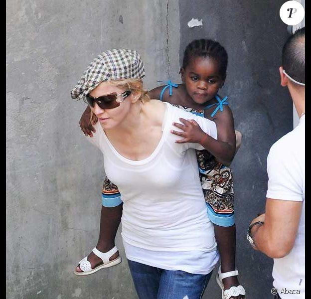 Madonna quitte le centre de la Kabbale à Londres avec tous ses enfants et son ex Guy Ritchie : ici avec Mercy