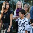 Kim Kardashian, Kourtney Kardashian et ses enfants Mason et Penelope Disick, visitent le mémorial dédié aux victimes du génocide arménien de Tsitsernakaberd en Arménie le 8 octobre 2019.