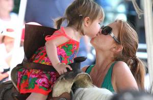 La jolie Isla Fisher et son adorable fille... des bisous et encore des bisous !