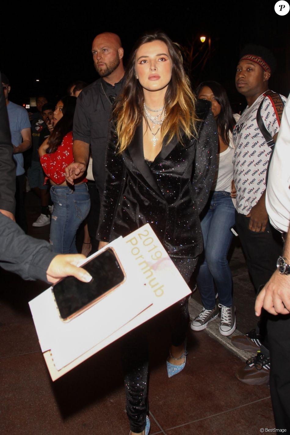 Bella Thorne arrive à la cérémonie des Pornhub Awards à Los Angeles. L'actrice et jeune réalisatrice porte un costume 'Philosophy di Lorenzo Serafini' et des chaussures Amina Muaddi, le 11 octobre 2019.