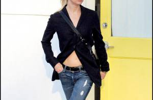 Quand Renée Zellweger ne met rien sous son blazer... c'est trop sexy ! Regardez !