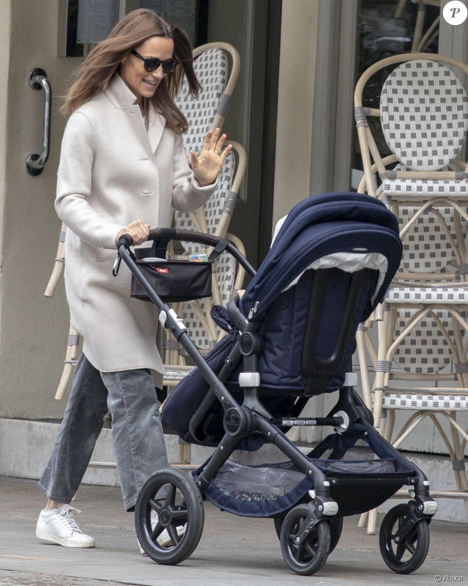 Pippa Middleton en promenade avec son fils Arthur dans sa poussette le 15 octobre 2019 à Londres, le jour même du 1er anniversaire du petit garçon.