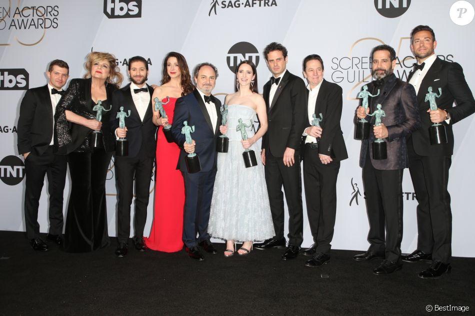 Brian Tarantina (3e en p. de la droite) aux côtés de Rachel Brosnahan et de toute l'équipe de la série The Marvelous Mrs. Maisel le 27 janvier 2019 à Los Angeles, récompensés du Screen Actors Guild Award de la Meilleure distribution dans une série comique. Brian Tarantina est mort le 3 novembre 2019 à 60 ans.