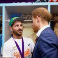 Le prince Harry félicite les rugbymen de l'équipe d'Afrique du Sud (ici, Willie Le Roux) après leur victoire contre l'Angleterre en finale de la Coupe du monde au stade international de Yokohama au Japon, le 2 novembre 2019.