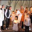 Johnny et Laeticia Hallyday avec leurs filles Jade et Joy au cours du baptême de cette dernière à Gstaad en Suisse le 5 juillet 2009, entourés d'enfants des invités