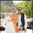 Johnny et Laeticia Hallyday avec leurs filles Jade et Joy au cours du baptême de cette dernière à Gstaad en Suisse le 5 juillet 2009