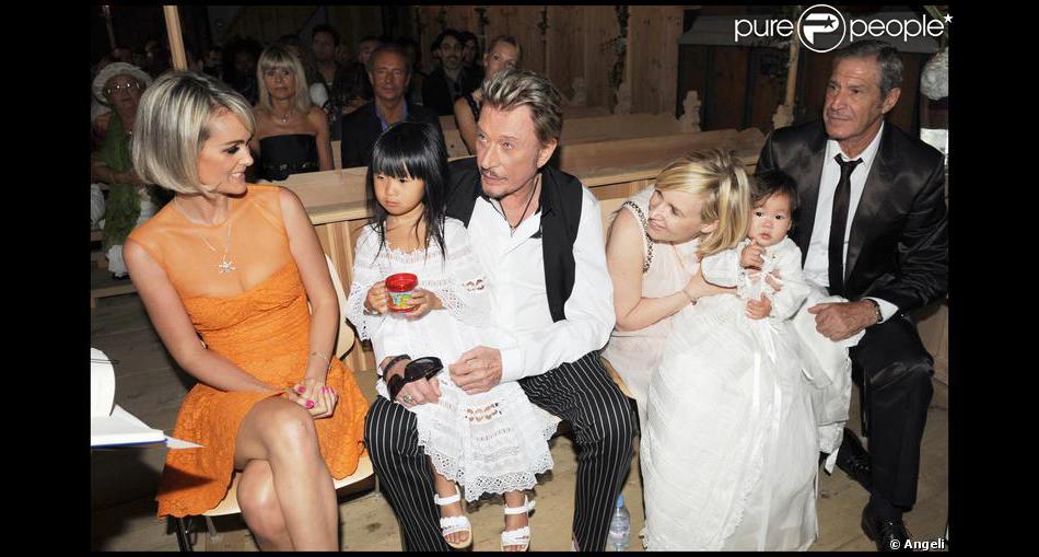 Johnny et laeticia hallyday avec leurs filles jade et joy au cours du bapt me de cette derni re - Helene darroze et son mari ...