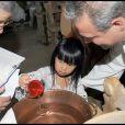 Au cours du baptême de Joy, la dernière fille de Johnny et Laeticia Hallyday à Gstaad en Suisse le 5 juillet 2009, Jade sa grande soeur accomplit sa mission