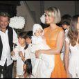 Johnny et Laeticia Hallyday avec leurs filles Jade et Joy au cours du baptême de cette dernière à Gstaad en Suisse le 5 juillet 2009, entourés des enfants des invités