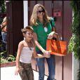 Brooke Burns et sa fille Madison en plein shopping dans les rues de Los Angeles.
