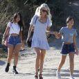 Laeticia Hallyday avec ses filles Jade et Joy à Los Angeles le 17 novembre 2019. Dans quelques jours, elles quitteront la Californie pour Paris.