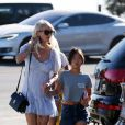Laeticia Hallyday avec ses filles Jade et Joy à Los Angeles le 17 novembre 2019.