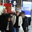 Laeticia Hallyday arrive en famille avec ses filles et sa mère à l'aéroport Roissy CDG le 19 novembre 2019.