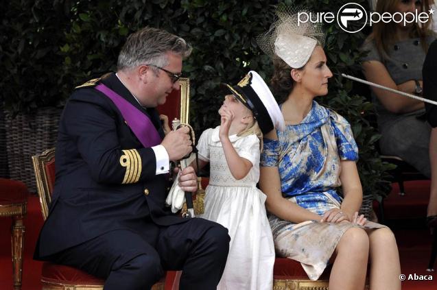 Le prince Laurent, sa femme la princesse Claire, et leur fille de 5 ans, la princesse Louise, lors de la Fête nationale belge le 21 juillet 2009