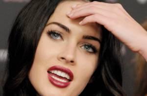 La belle Megan Fox dans une robe noire fendue sur la poitrine... c'est très beau et c'est tout !