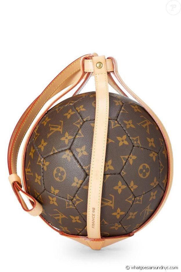 Le même ballon de collection Louis Vuitton de Rihanna, actuellement en vente au prix de 2698 euros sur le site www.whatgoesaroundnyc.com.
