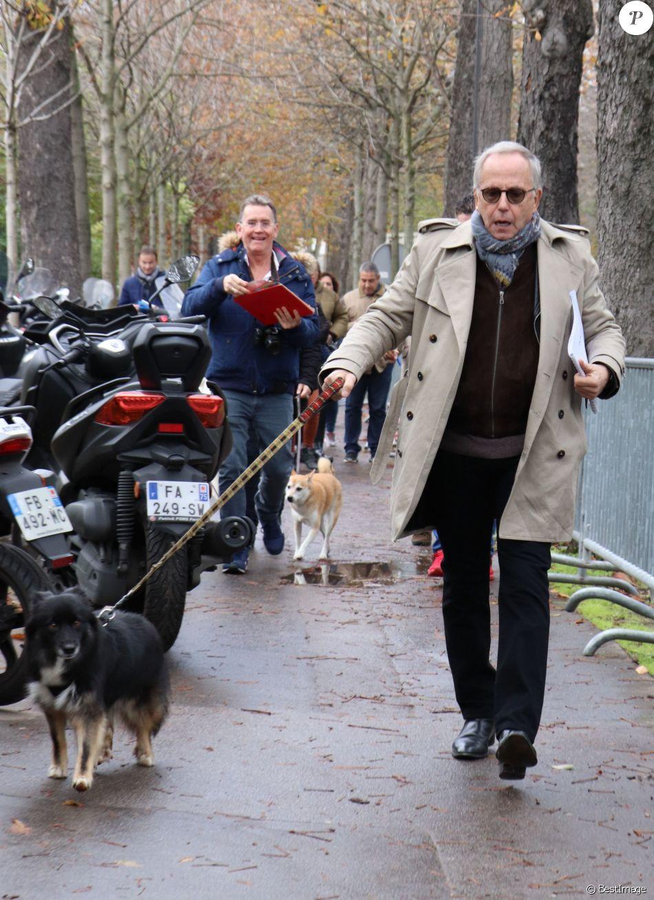 Fabrice Luchini et son chien - Arrivées des people à l'enregistrement de l'émission ' Vivement Dimanche ' au studio Gabriel à Paris le 13 novembre 2019.