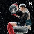Chanel a publié deux nouvelles photos de Lily-Rose Depp posant pour la nouvelle campagne publicitaire du parfum Chanel N. 5