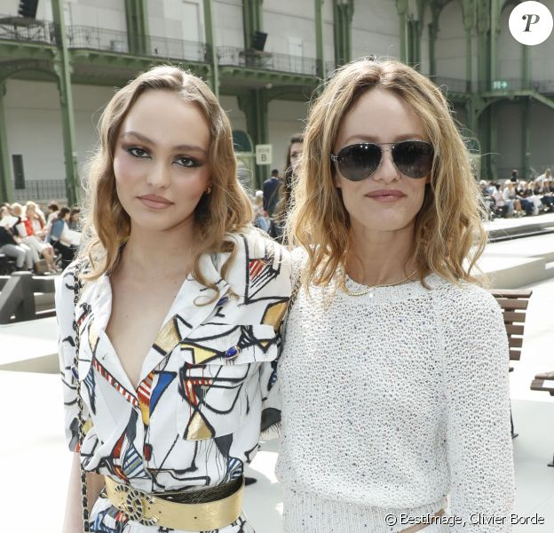"""Lily-Rose Depp et sa mère Vanessa Paradis - Les célébrités au photocall du défilé """"Chanel Cruise Collection 2020"""" au Grand Palais. Paris, le 3 mai 2019. © Olivier Borde/Bestimage"""