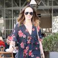 Stacy Kiebler est allée déjeuner au restaurant Café Gratitude à Los Angeles. L'actrice porte une mini robe à fleurs et des bottines en daim, le 14 novembre 2017.