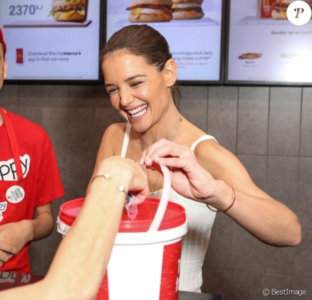 Katie Holmes travaille dans un McDonald's de Sydney pour l'opération McHappy Day le 16 novembre 2019.