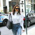 Katie Holmes porte un jean déchiré et un chemisier blanc aux manches bouffantes dans les rues de New York, le 26 octobre 2019.