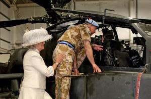 Camilla Parker-Bowles : L'uniforme, ça l'excite ! Coiffée d'un abat-jour... elle met la main aux fesses de son soldat de mari, le prince Charles !