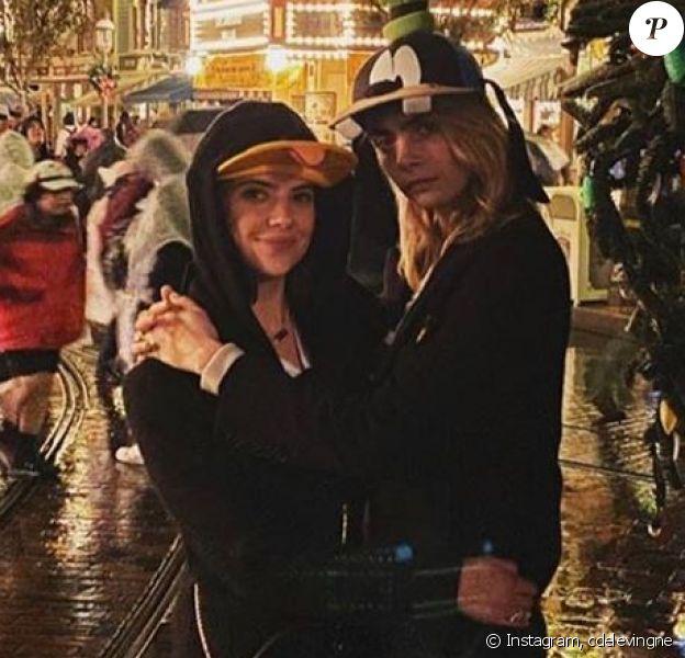 Cara Delevingne et son épouse Ashley Benson, le 29 décembre 2019 à Disneyland.