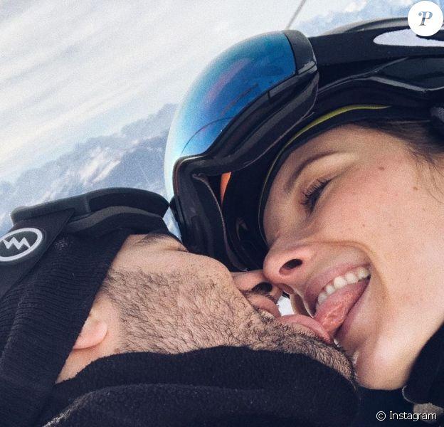 Ilona Smet et son compagnon Kamran s'embrassent. Vacances à Couchevel, le 15 décembre 2019.