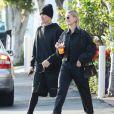 """Justin Bieber et sa femme Hailey Bieber Baldwin (habillés tout en noir) sont allés faire du shopping au centre commercial """"The Grove"""" à Los Angeles, le 11 janvier 2020."""