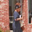 Exclusif - Eva Mendes est allée se faire faire une manucure et a déjeuné avant d'aller chercher sa fille Esmeralda à son court d'art à Los Angeles, le 26 avril 2019.