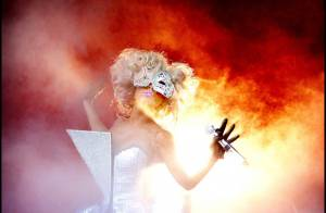 La torride Lady GaGa prend littéralement... feu lors d'un show vraiment brûlant !