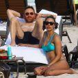 Le DJ David Guetta et sa petite amie Jessica Ledon sur une plage à Miami le 9 mars 2019.