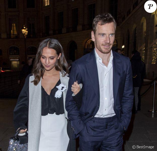 """Alicia Vikander et son mari Michael Fassbender quittent le dîner de présentation du diamant """"Sewelô"""" de Louis Vuitton et rentrent à pied à l'hôtel Ritz. Paris, France, le 21 janvier 2020."""