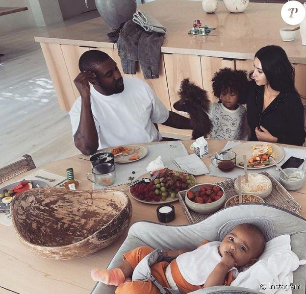 Kim Kardashian partage une photo de ses quatre enfants et de son mari Kanye West au petit-dej, le 22 janvier 2020.