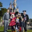 Le prince Albert II et la princesse Charlène de Monaco posent avec leurs enfants le prince Jacques de Monaco et la princesse Gabriella de Monaco à Disneyland Paris le 17 avril 2019. © Disney via Bestimage