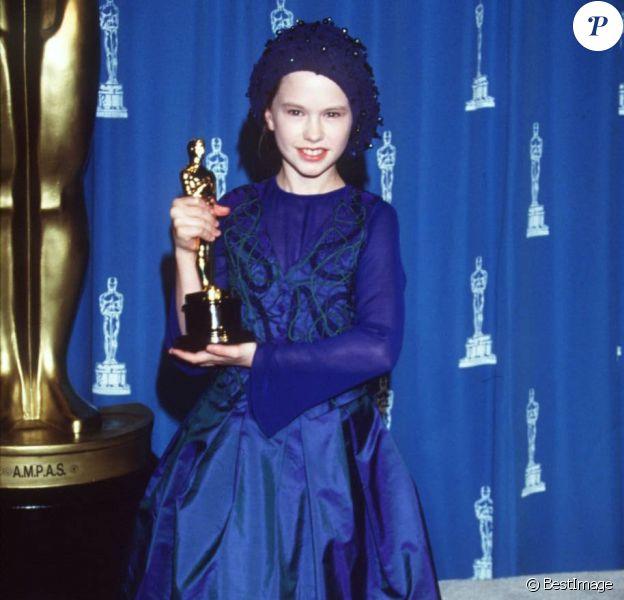 """Anna Paquin- Cérémonie des Oscars 1994 pour le meilleur second rôle féminin """"La leçon de piano"""", le 21 mars 1994 à Los Angeles."""