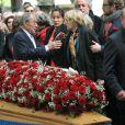 Michel Rocard et Claire Bretécher lors de l'enterrement du constitutionnaliste Guy Carcassonne au cimetière de Montmartre le 3 juin 2013
